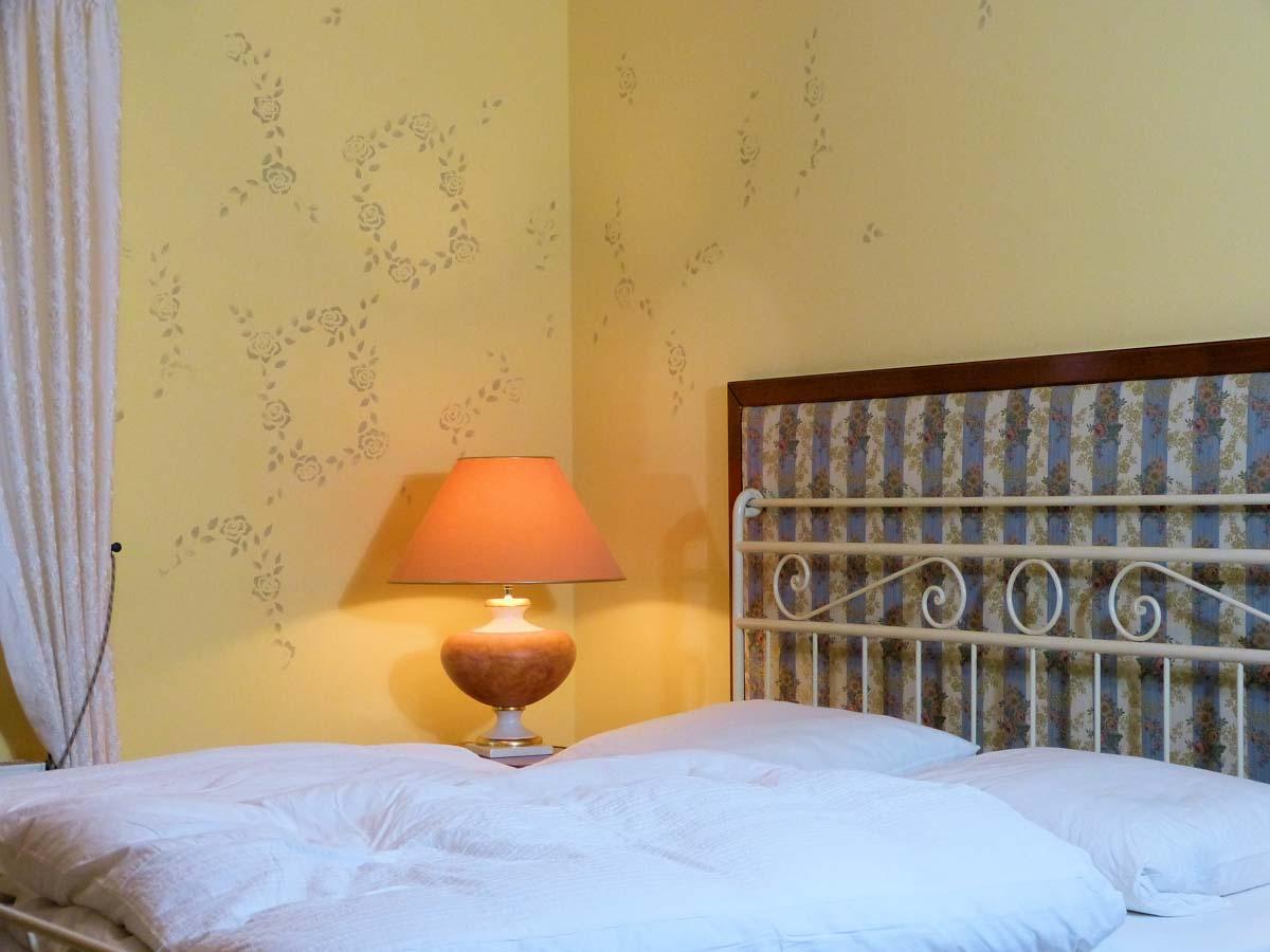 Schlafzimmer im Landhausstil mit Wandbemalung